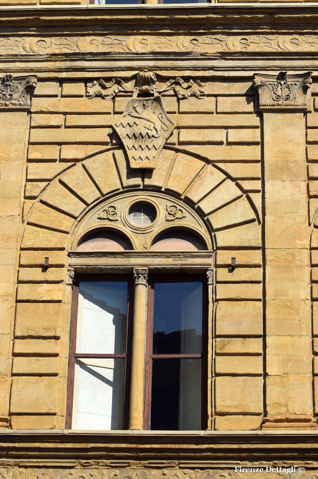 Firenze nei dettagli una finestra e uno stemma - Finestre firenze ...