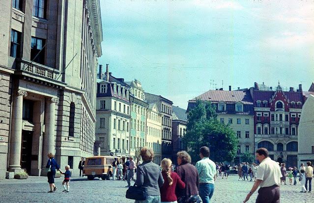~1988 год. Рига. Уже на Домской площади или еще на площади 17 Июня
