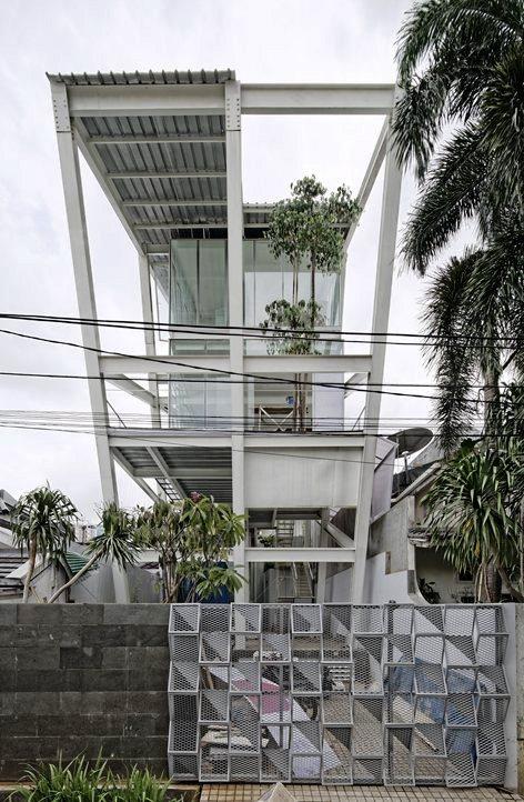 Rumah Miring di Pondok Indah dengan Gaya Dekonstruksi
