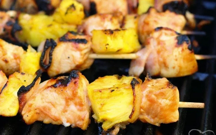 BBQ CHICKEN KABOBS with BACON and PINEAPPLE #dinner #bacon #kabobs