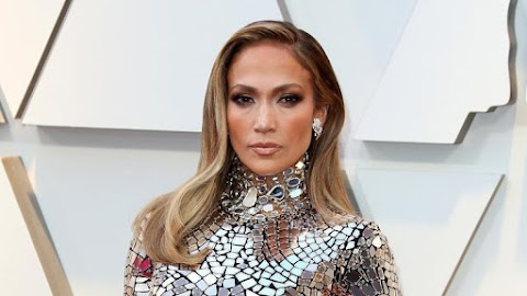 Arany ruhában hódított a vörös szőnyegen Jennifer Lopez
