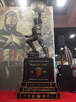 Statua di Capitan America allo stand Marvel #2329