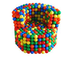 diseño de silla muy ingeniosa con bolas de colores