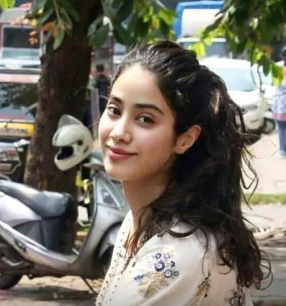 jhanvi kapoor cute pics for facebook dp
