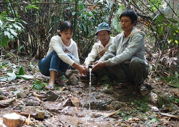Dân làng Măng Lây làm máng nước.