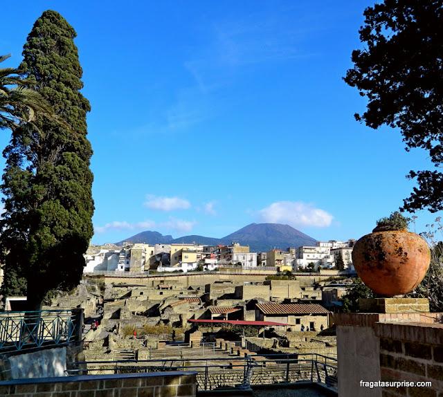 Herculano, cidade soterrada pela erupção do Vesúvio em 79 d.C.
