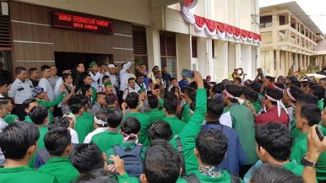 Gelar Aksi, Mahasiswa Langsa Tuntut Jokowi Mundur hingga Copot Menag Lukman