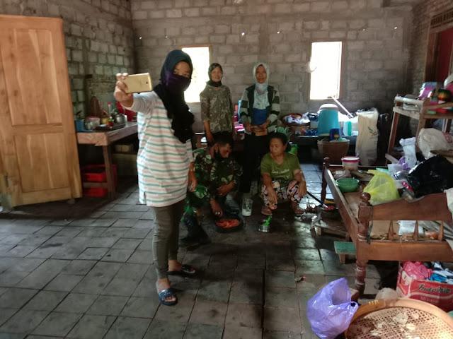 Emak Emak Milenial Ajak Selfi TNI