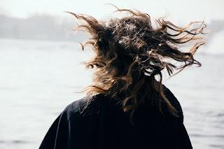 كيف أجعل شعري غير منفوش