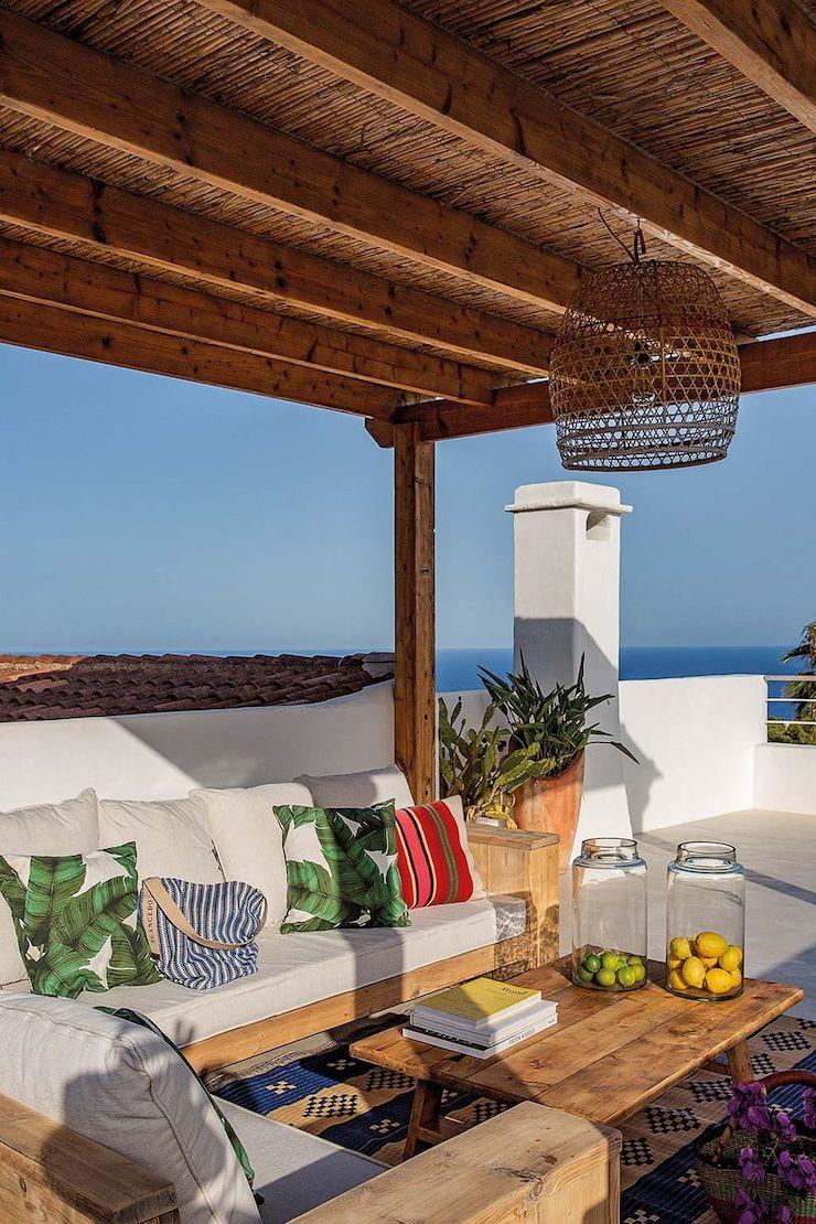 Terraza con pérgola de estilo mediterráneo