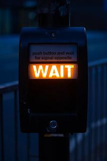 مصطلحات الفعل Wait في اللغة الإنجليزية