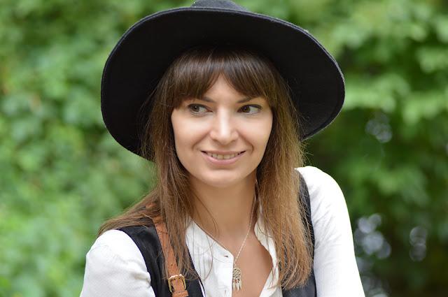 portret dziewczyny w czarnym kapeluszu i naszyjniku łapacz snów