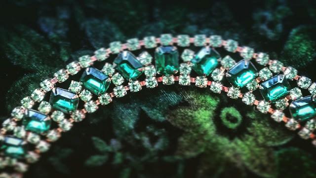 joanna joy a stylish love story fashion blog vintage emerald green and peridot crystal necklace