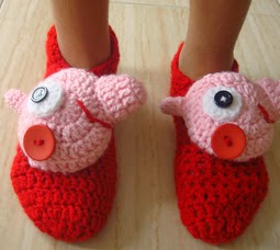 http://amigurumilacion.blogspot.com.es/2014/09/zapatillas-peppa-pig-crochet.html