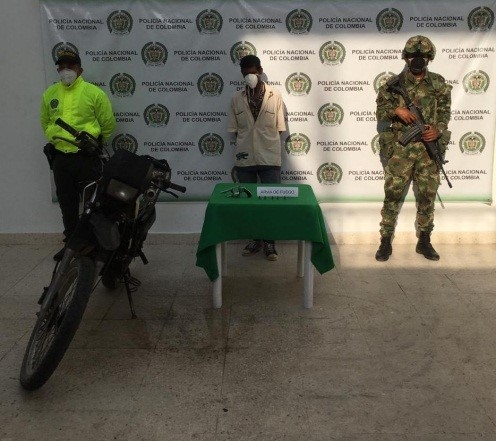 La Policía lo pilló armado y en una moto sin placas