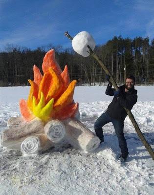 Witzige Winter Bilder - Marshmallow am Lagerfeuer