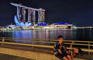 La bahía de Singapur de noche. Singapore.
