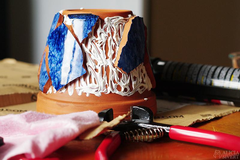 aliciasivert alicia sivert sivertsson monthly makers mosaik mosaic återbruk remake diy do it yourself gör det själv skapa skapande kreativitet utmaning bloggutmaning hantverk keramik porslin återanvända återanvändning loppisfynd loppis begagnat krossat krossad keramikskärvor skärvor skärva kakelfog kakellim kakel fog lim kruka tree flower pot