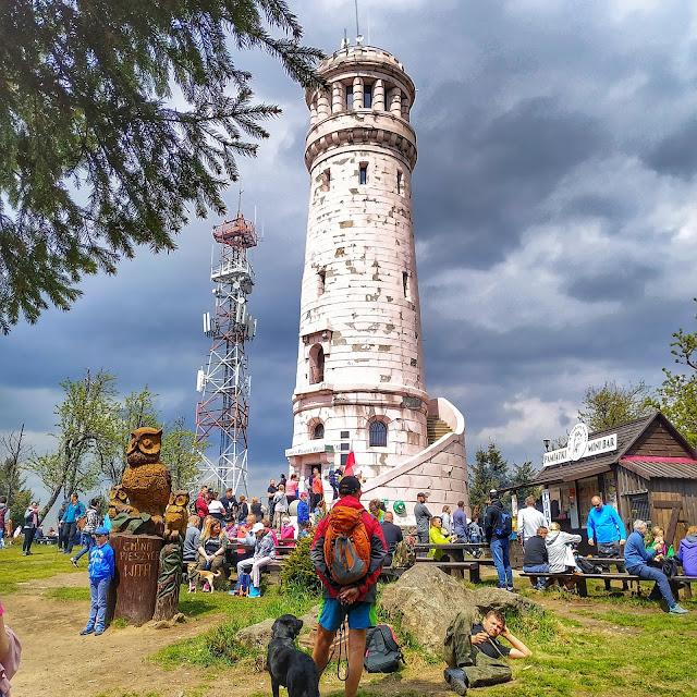 Widok na wieże na Wielkiej Sowie, Góry Sowie, wycieczka