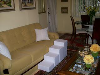 escada paralela ao sofá