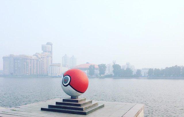 Pintan un monumento en Rusia como una Pokeball gigante