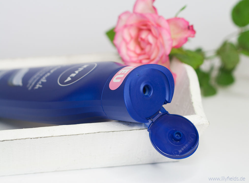 Foto zeigt offene Flasche Nivea Haarmilch Rundum-Pflege Shampoo