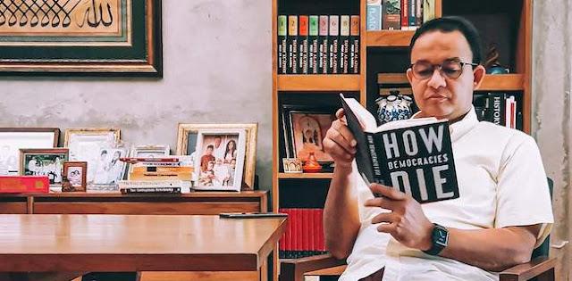 Anies Baca Buku 'How Democracies Die', Netizen: Keren! Yang Sebelah Cuma Baca Shinchan