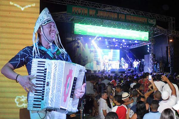 Mais um grande público lotou a Praça Antonio Rabelo em Iguaracy, desta vez com Fulô de Mandacarú e Novo Som Mix