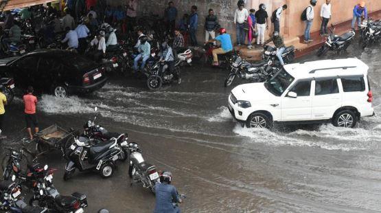 लखनऊ में 24 घंटे से लगातार हो रही है बारिश, जगह-जगह जलभराव - newsonfloor.com