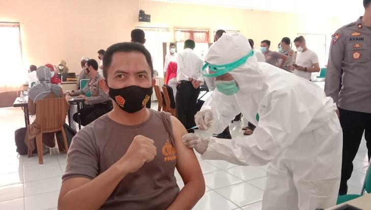 Kapolres Sarolangun Lakukan Suntik Vaksin Covid-19