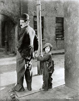 """Чарли Чаплин и Джеки Куган в """"Малыше"""" (1921)"""