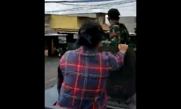 Terungkap Penumpang Berbaju Kotak-Kotak Naik Panser TNI