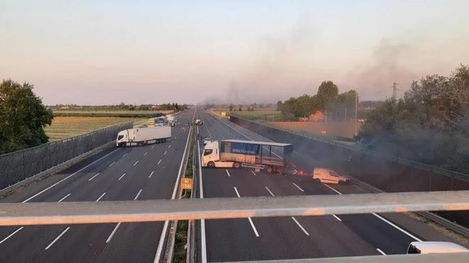 Assalto a portavalori sull'A1, chiodi e spari e autostrada bloccata