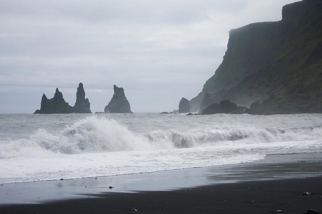 Волны черного пляжа Рейнисфьяра в Исландии