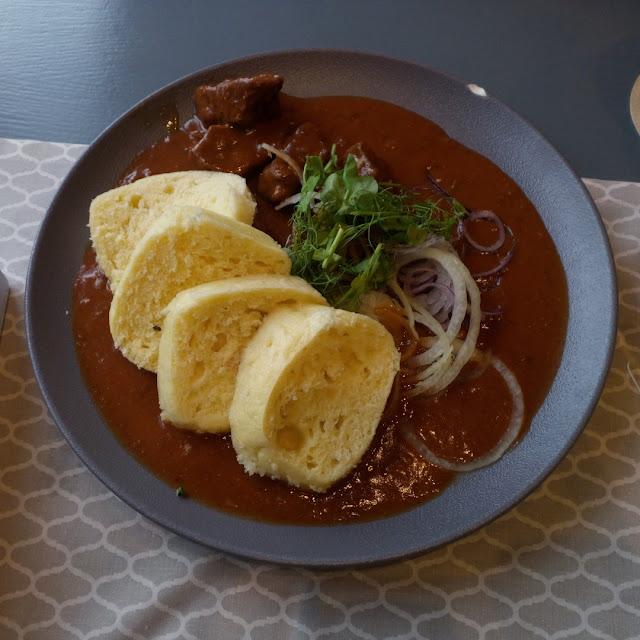 Lekko pikantny gulasz wołowy z knedlikami i świeżą cebulką