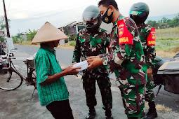 Patroli Wilayah, Koramil Wedi Berbagi Takjil dan Mengedukasikan Prokes Covid-19