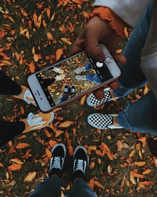 foto de pies en otoño