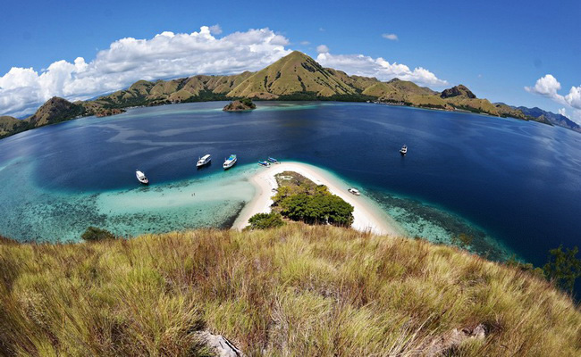 Xvlor.com Pulau Island is perfect place for camping and snorkeling in Labuan Bajo