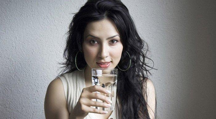 12 Tips tampil fit dan fresh tanpa obat-obatan, rutin minum air putih, terapi air putih, diet air putih, khasiat air putih, air putih untuk bayi, es batu, manfaat terapi air putih, manfaat air putih untuk diet, woman drinking water