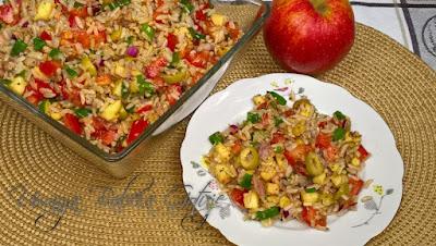 Sałatka z ryżem tuńczykiem i pomidorami