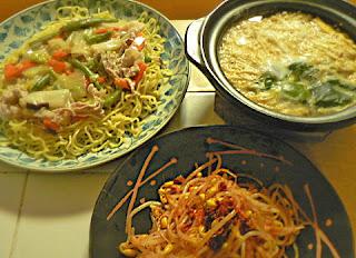 夕食の献立 豚野菜あんかけ焼きそば 食べるラー油もやし エノキスープ