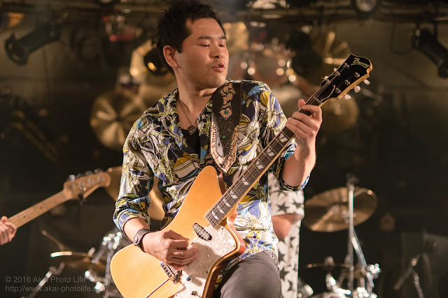 ライブハウスシルバーエレファントで撮影したバンドTRI-toNeのギタリストの写真