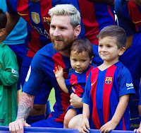 Messi, his wife and kids before today's game