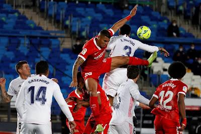 ريال مدريد يرفض صدارة الدوري الإسباني بتعادل قاتل ضد إشبيلية.. صور
