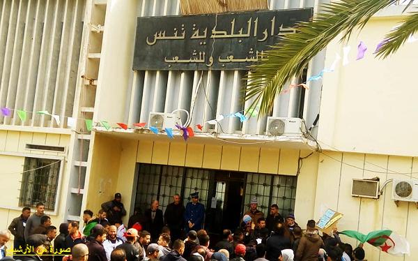 محتجون يعددون المشاكل التنموية ويطالبون برحيل المجلس بتنس