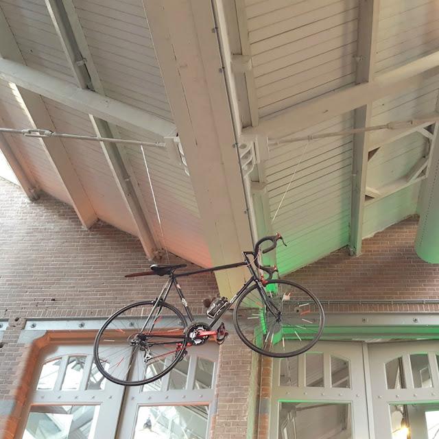 אופניים תלויים בשוק המקורה foodhallen באמסטרדם