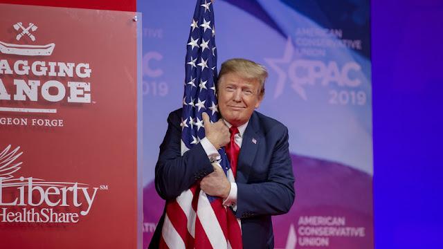 El extraño y 'apasionado' abrazo de Trump a la bandera de EE.UU. alborota la Red