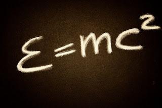Foto de una famosa ecuación de Einstein. El Cosmos qué es