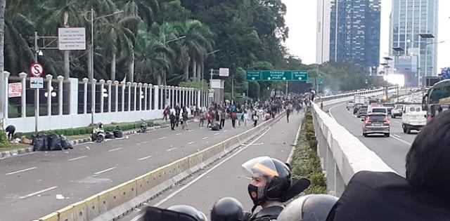 Ada Kelompok Massa Tak Dikenal, Aksi di Depan DPR Sempat Rusuh