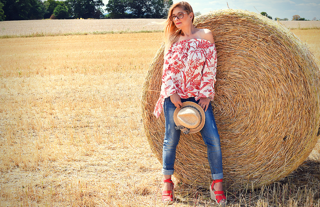 Red and White offshoulder blouse, jeans, wedges, summerlook for women